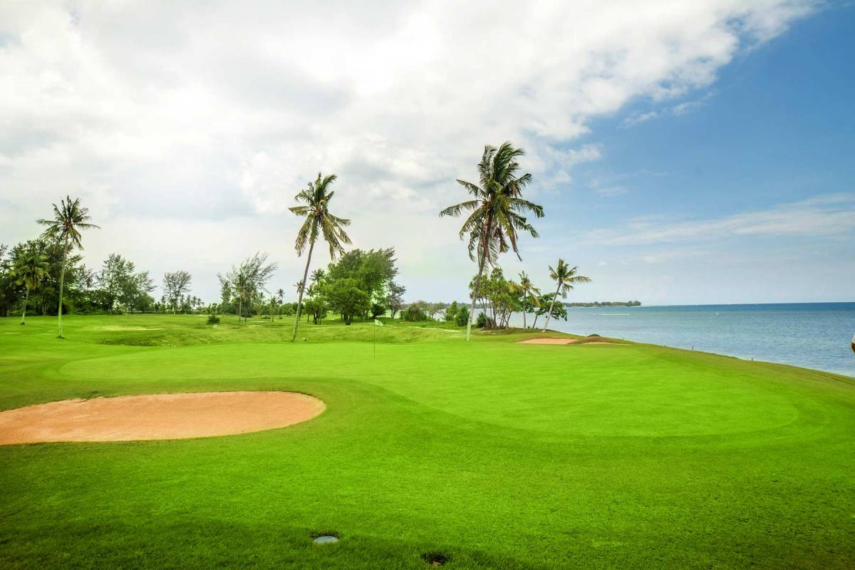 View on the golf course of Sire Beach Golf Club, located directly beneath the sea